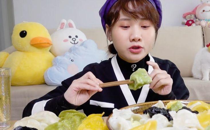 「看起来」密子君吃300个四色海鲜水饺,喝水的时穿帮,网友这是糊弄谁呢