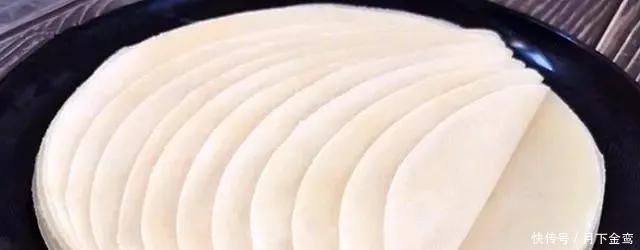 「烙饼」烙饼时,直接烙就大错特错了,多加这一步,饼柔软筋道,40秒两张